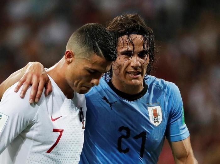 Dalam liga Uruguay vs Portugal, penyerang Uruguay Edinson Cavani diduga mengalami cedera otot hamstring. Ia sampai dibantu oleh lawannya, Christiano Ronaldo, untuk meninggalkan lapangan. (Foto: Dok.)