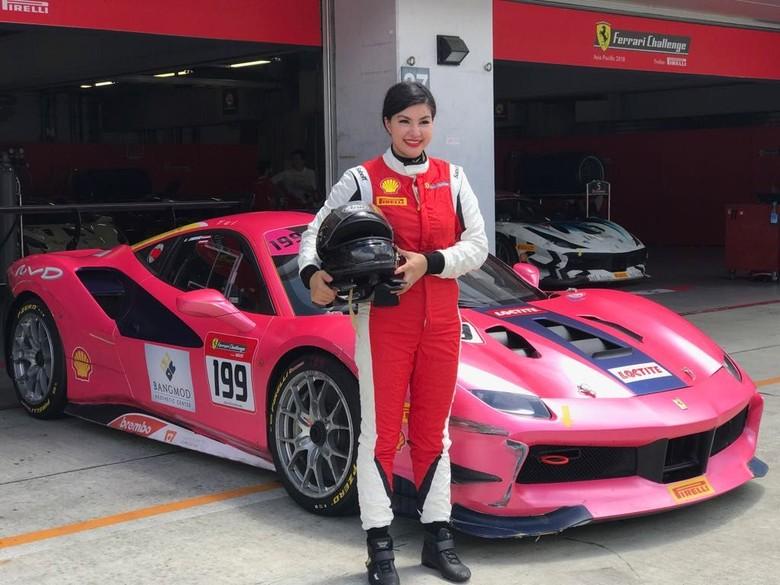 Pebalap wanita satu-satunya di Ferrari Challenge Asia Pasifik. Foto  Ferrari  Jakarta 3cc2fc3207