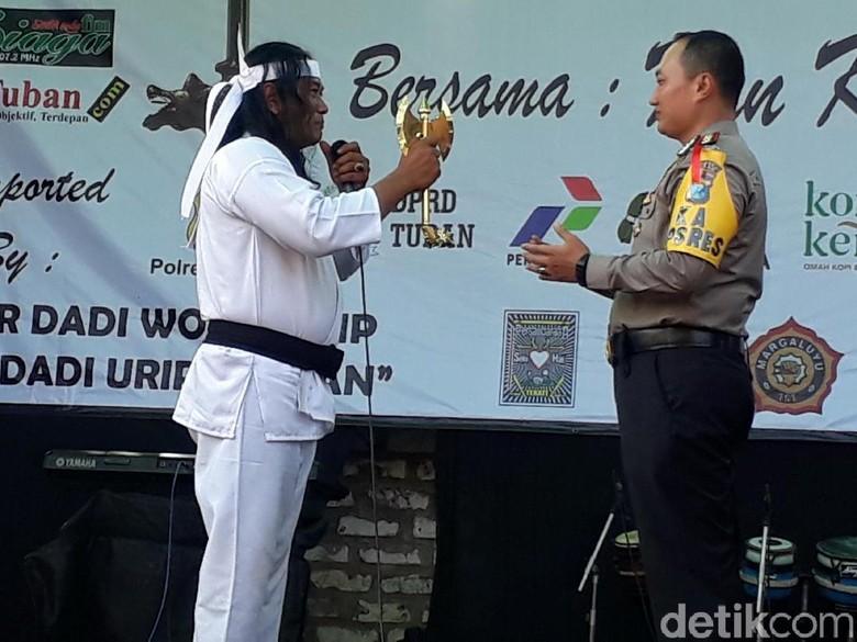 Kapolres Tuban Dapat Warisan Kapak Maut Wiro Sableng, Penasaran?