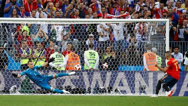 Igor Akinfeev sukses mementahkan tendangan penalti Spanyol.