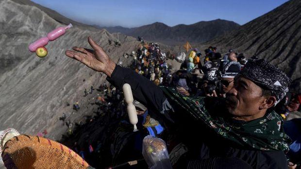 Masyarakat suku Tengger melarung sesajinya berupa hasil pertaninan ke kawah Gunung Bromo pada Upacara Yadnya Kasada di Gunung Bromo.