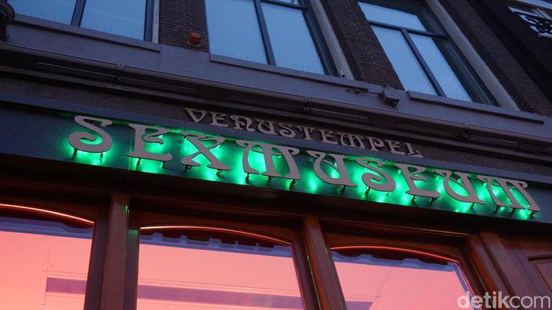 Lokasinya di Damrak 18, 1015 LH Amsterdam, detikTravel mengunjunginya beberapa waktu lalu. Hanya jalan kaki saja tak sampai 5 menit dari Amsterdam Centraal, yang merupakan pusat stasiun trem (Afif Farhan/detikTravel)