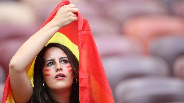 Suporter timnas Spanyol mendukung tim kebanggaannya di Stadion Luzhniki.