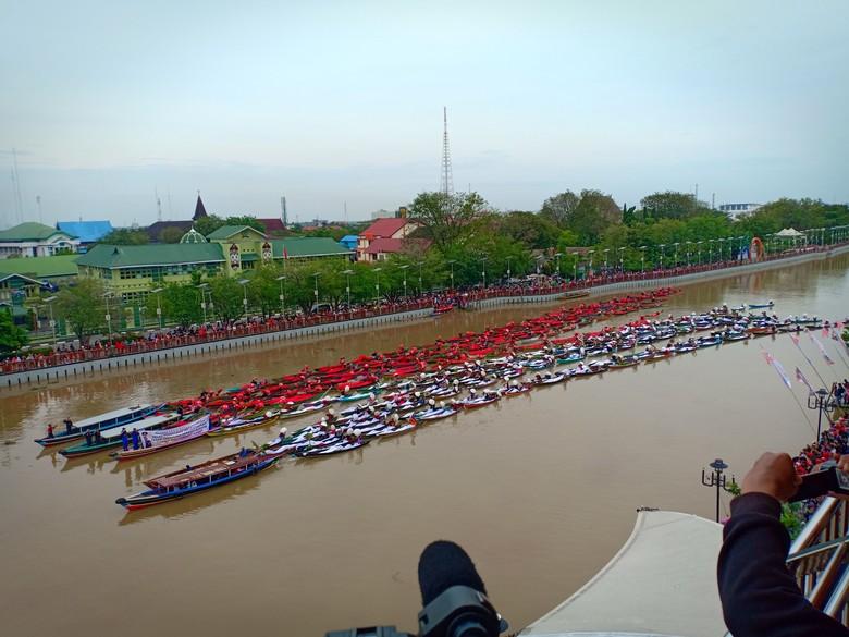 Merah Putih Raksasa di Pasar Apung, Catatkan Rekor Dunia