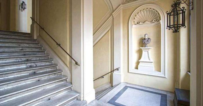 Mansion ini pernah di tinggali oleh CEO Louis Vuitton, Michael Burke, mantan CEO Ferrari, Luca Cordero, serta aktor Mel Gibson. Istimewa/CNBC/Society Group PR.