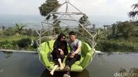 Foto: Ada juga spot foto berupa semacam sofa di atas air. Unik! (Eko Susanto/detikTravel)
