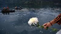 Besok Selasa (2/7) sekaligus akan jadi hari terakhir upaya SAR nasional terharap korban KM Sinar Bangun. Karena itu keluarga melakukan prosesi tabur bunga.