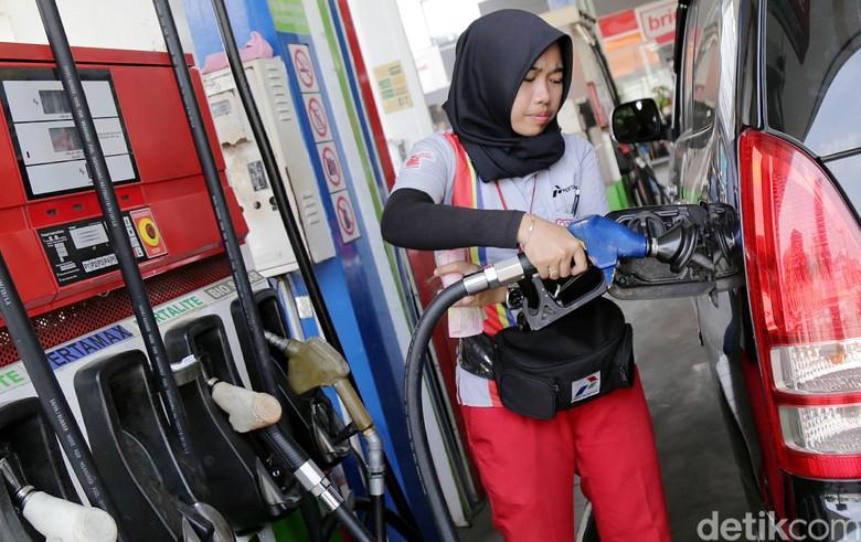 Petugas SPBU mengisi bensin di mobil Innova (Foto: Agung Pambudhy)