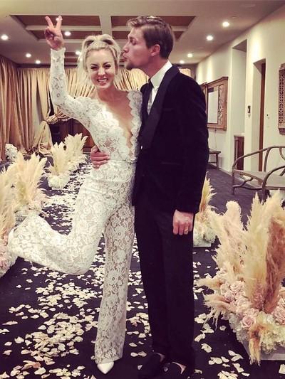 Kaley Cuoco meresmikan pernikahannya dengan Karl Cook. Foto: Dok. Instagram/@normancook