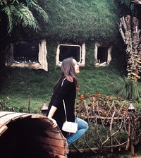 Di sela kesibukannya, Adzana menyempatkan buat traveling, mengunjungi berbagai objek wisata di berbagai daerah di Indonesia (adzanabs/Instagram)