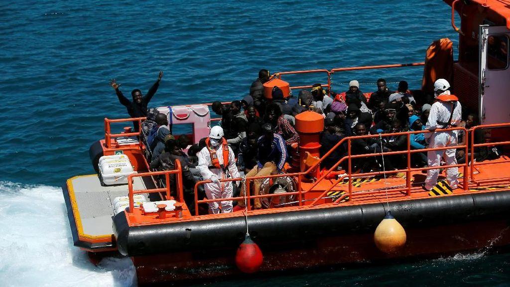Tim Penyelamat Spanyol Berhasil Evakuasi Ratusan Imigran