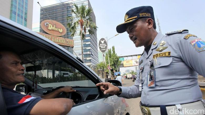 Pelaksanaan Perluasan Ganjil Genap di Kawasan Slipi Jakarta. Foto: Grandyos Zafna