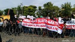 Kepung Panwaslu, Massa Paslon Farid-Sudarmawan Tuntut Coblos Ulang