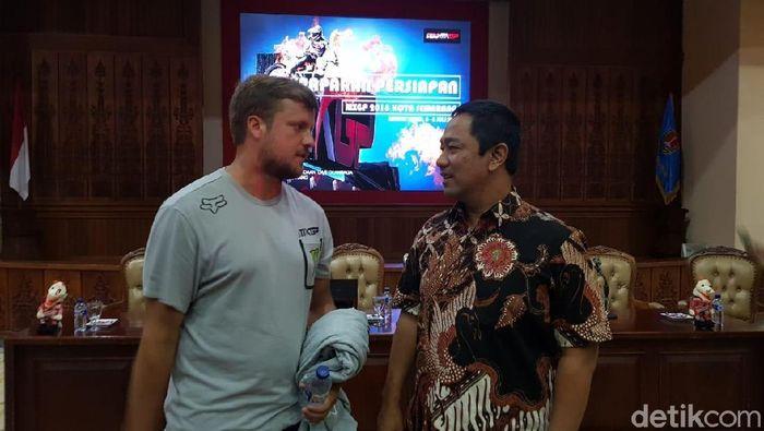 Walikota Semarang Hendrar Prihadi dan Event Manager MXGP Andy Stein. (Foto: Angling Adhitya Purbaya/detikSport)