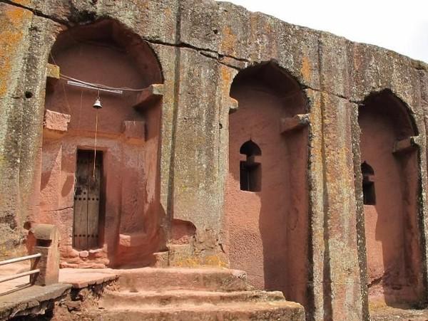 Dari 11 gereja yang ada di Lalibela, Santo Giogis menjadi yang paling menarik. Gereja ini memiliki struktur bangunan yang dipahat langsung dari batu 900 tahun lalu. (Errol/CNN)
