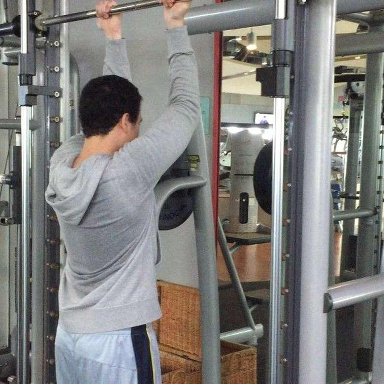 Beberapa kali terlihat ia tengah latihan di gym. Foto: Instagram/abelpoetra