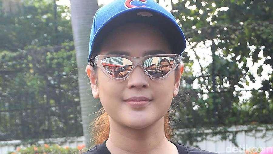 Gaya Cut Meyriska dengan Kacamata Hitam, Yay or Nay?