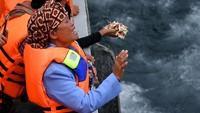 Suasana duka begitu menyelimuti prosesi tabur bunga ini. Hingga hari pencarian ke-15 atau hari ini, masih ada 164 orang yang dinyatakan hilang dalam tragedi tenggelamnya KM Sinar Bangun.