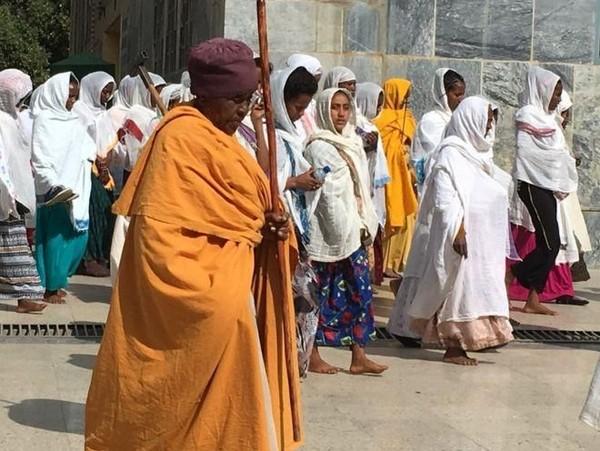 Selain bentuk bangunannya yang unik, gereja ini juga memiliki tata ibadah yang tak biasa. Para jemaatnya menggunakan penutup kepala seperti sorban dan kerudung layaknya umat Muslim. (Frank Gardner/BBC)