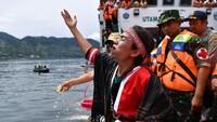 Keluarga korban tenggelamnya KM Sinar Bangun juga memanjatkan doa dari atas kapal.
