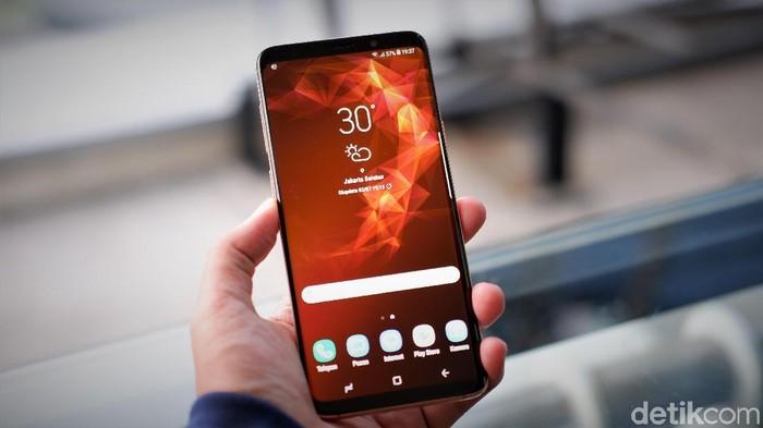 Samsung Galaxy S9 Plus, ponsel-ponsel penerusnya bisa kian minim bezel lewat teknologi SoD. (Foto: Adi Fida Rahman/detikINET)