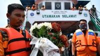 Prosesi tabur bunga oleh keluarga korban dan warga digelar di Danau Toba, Sumatera Utara, Senin (2/7/2018).