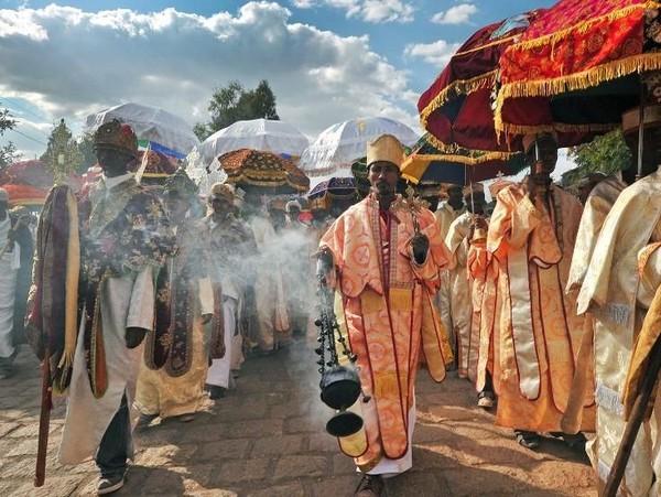 Pembangunan gereja ini dicetuskan oleh Kaisar Ethiophia, Gebre Mesqel Lalibela. Beginilah cara umat Kristen Orthodoks menjalankan Paskah. (AFP)