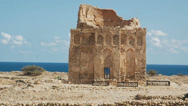 Di sebelah timur wilayah Oman, terdapat Kota Kuno Qalhat yang dikelilingi dinding. Kota ini menjadi saksi peninggalan arkelogi yang unik. (UNESCO)
