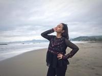 Ia tak jarang mengunggah foto dirinya saat berada di pantai (adzanabs/Instagram)