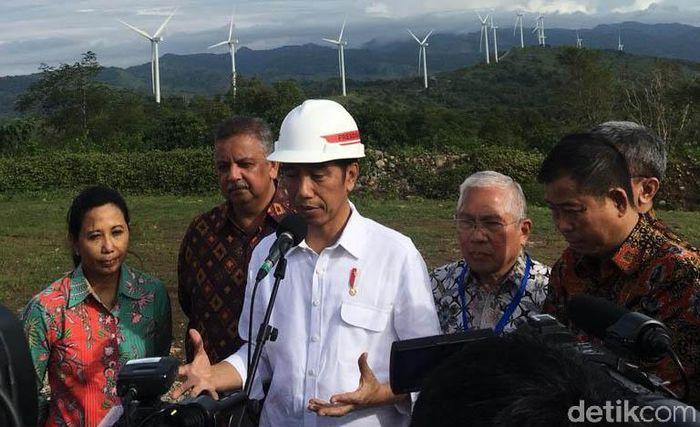 Jokowi didampingi Direktur Utama PT PLN (Persero) Sofyan Basir, Menteri ESDM Ignasius Jonan, Menteri BUMN Rini Soemarno, dan sejumlah pejabat lainnya meresmikan Pembangkit listrik bertenaga bayu (PLTB) alias kebun angin di Sidrap.