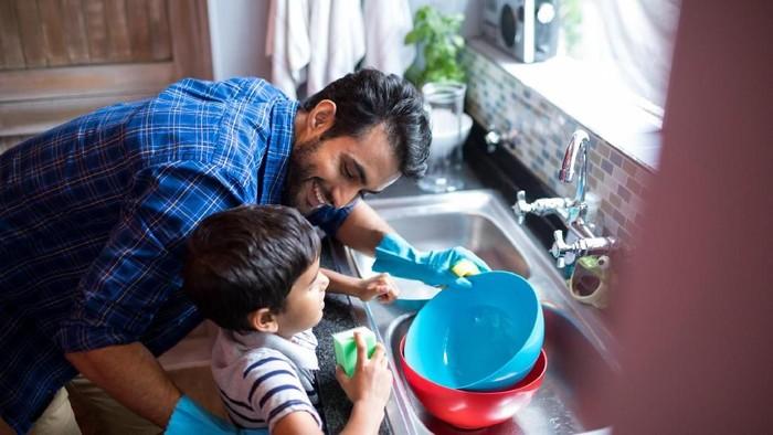anak lakukan pekerjaan rumah tangga