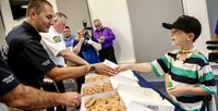 So Sweet! Bocah Ini Bagikan Donat Sebagai Ucapan Terima Kasih Pada Polisi