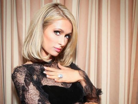 Paris Hilton memamerkan cincin pertunangannya senilai Rp 27 miliar.