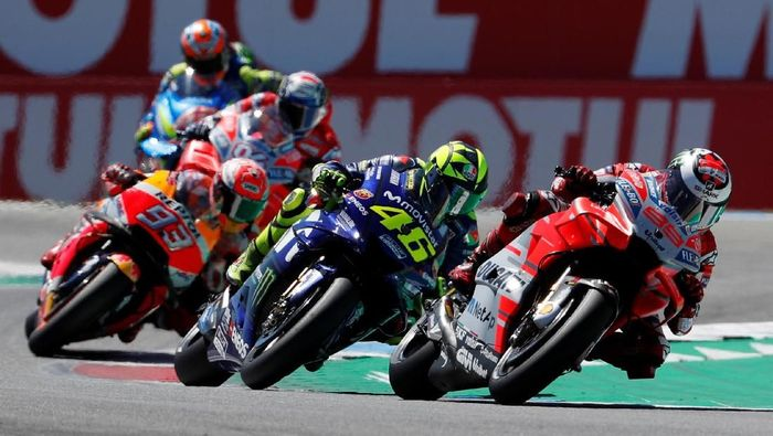 Motorcycling - MotoGP - TT Assen Grand Prix - TT Assen Circuit, Assen, Netherlands - July 1, 2018   Ducati Team Jorge Lorenzo and Movistar Yamaha MotoGP Valentino Rossi during the race   REUTERS/Yves Herman