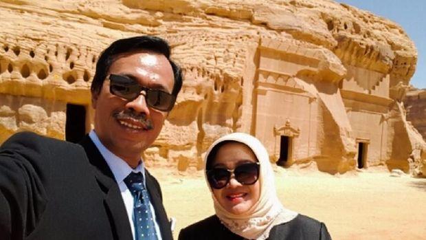 Dubes RI Arab Saudi Agus Maftuh Abegebriel bersama istri saat berkunjung ke Mada'in Saleh.