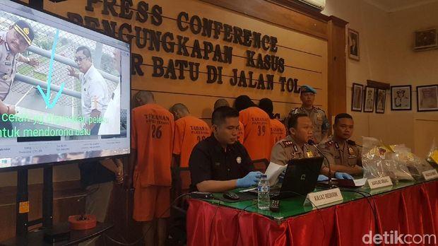 Jumpa pers kasus pelemparan batu di Tol Tangerang-Merak di Mapolres Serang, Senin (2/7/2018)