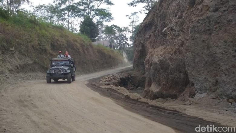 Tim dari Pemkab Sleman sisir ulang jalur jip wisata lava tour Gunung Merapi, Sleman, Senin (2/7/2018).
