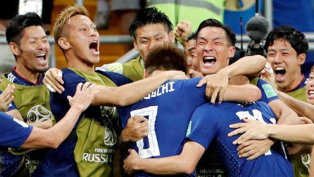 Para pemain Jepang ketika merayakan gol ke gawang Belgia.