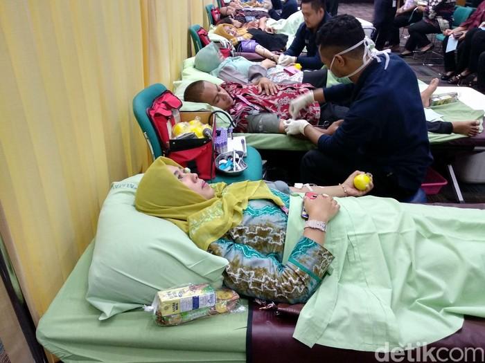 Unit Transfusi Darah RSUP Fatmawati menggelar donor darah di Kementerian Kesehatan RI. Ada sekitar 100 peminat yang ingin menjadi donor. Foto: Widiya Wiyanti/detikHealth