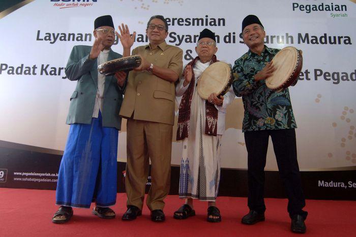 Direktur Utama PT Pegadaian (Persero) Sunarso (kanan) bersama Ketua MUI KH Maruf Amin (kedua kanan), Pejabat Bupati Bangkalan G. Ng. Indra S Ranuh (kedua kiri) dan Ketua MUI Jatim KH Abdusshomad Buchori (kiri) meresmikan Pegadaian Syariah di Bangkalan, Jawa Timur, Senin (2/7). Pool/Pegadaian.