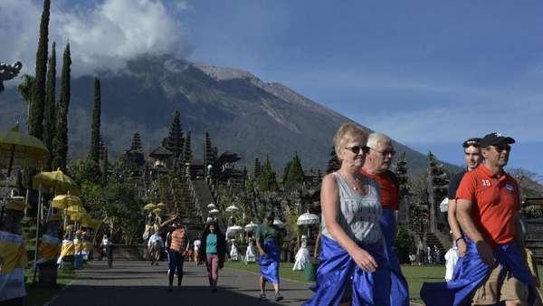 Gunung Agung Siaga, Wisatawan Harap Pantau Zona Bahaya