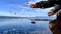 Suasana haru menyelimuti Pelabuhan Tigaras, Kabupaten Simalungun, Sumatera Utara. Keluarga korban tenggelamnya KM Sinar Bangun melaksanakan acara doa bersama dan tabur bunga sebagai tandamengikhlaskan kepergian para korban untuk selama-lamanya.