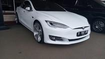 Ngantor ke DPR, Bamsoet Naik Mobil Listrik Super Tesla Model S