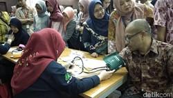 Unit Transfusi Darah RSUP Fatmawati menggelar donor darah di Kementerian Kesehatan RI. Meski ada yang takut, namun mereka semua antusias untuk donor darah.
