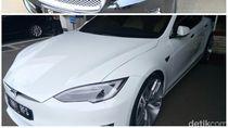 Foto: Dulu Novanto Ngantor Naik Jaguar, Kini Bamsoet Pilih Tesla