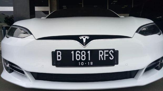 Mobil listrik canggih Tesla Model S nongkrong di Kompleks DPR. Mobil berkelir putih itu berpelat RFS. Loh, pejabat mana yang punya?