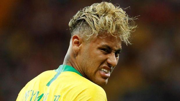Bintang timnas Brasil Neymar diminta untuk lebih menggunakan bakatnya untuk bermain bola ketimbang hal lain.