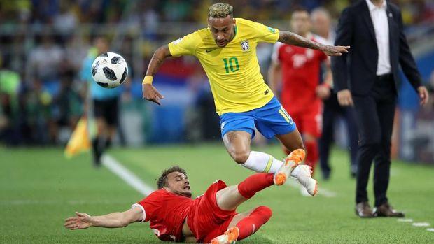 Pemain timnas Brasil Neymar diadang takel keras pemain Serbia, di Spartak Stadium, Moskow, Rusia, 27 Juni.