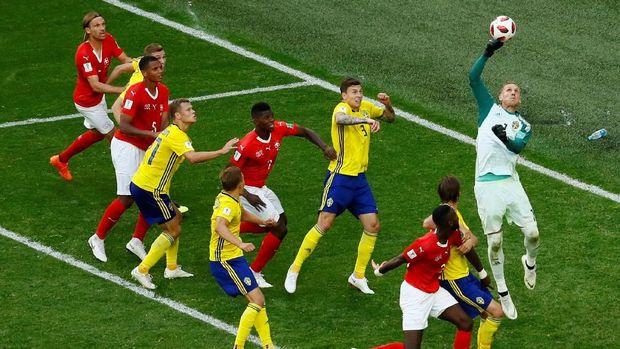 Kiper timnas Swedia Robin Olse beraksi menggagalkan serangan Swiss.