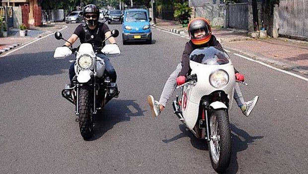 Dian Ayu Lestari, istri Omesh juga hobi naik motor